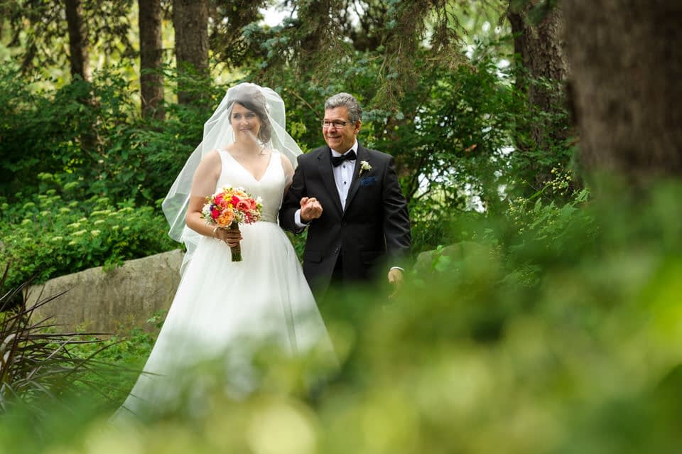 Bride arriving with her dad at outdoors wedding at Parc Jean-Drapeau