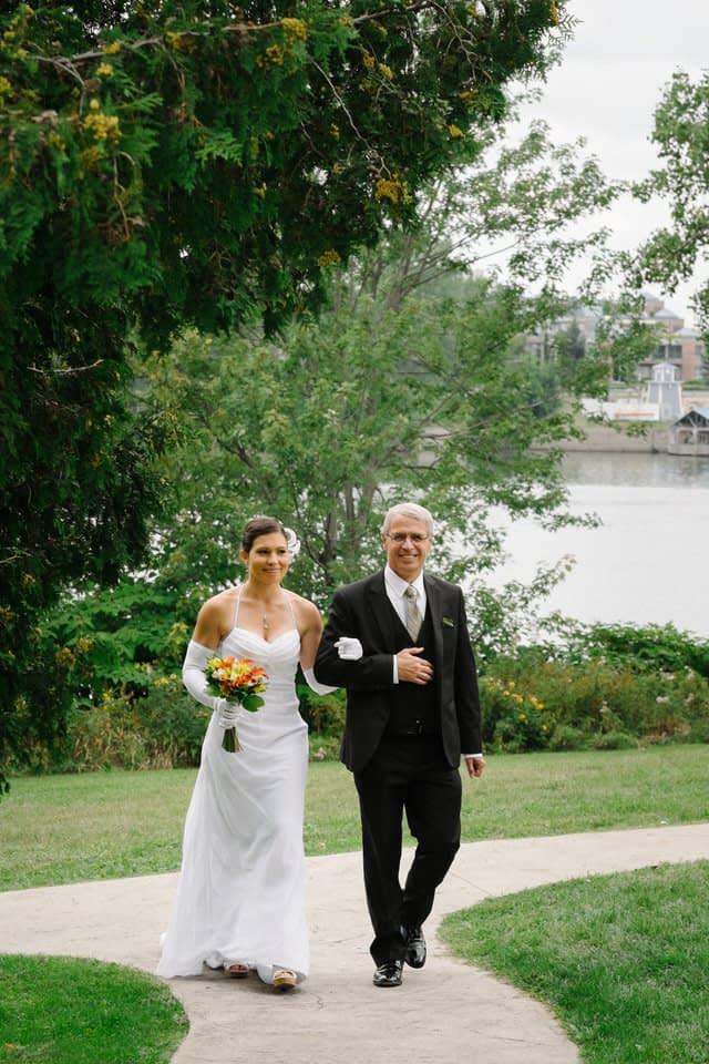 Bride and her father arriving at wedding ceremony